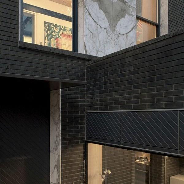 Thiết kế nhà phố nhỏ đẹp với gạch tối màu 3