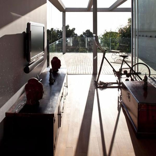 Ngôi nhà được chia thành hai cánh ngủ. Một nhà ở các phòng ngủ và phòng khách, khác có các trẻ em phòng ngủ và một phòng khách riêng.Hơn nữa nhà có một cấu trúc bổ sung đại diện cho một studio. Những mái nhà của studio được liên kết bằng một cây cầu cho khu vườn của ngôi nhà và phục vụ như là một sân thượng mở ra với cảnh quan.  6