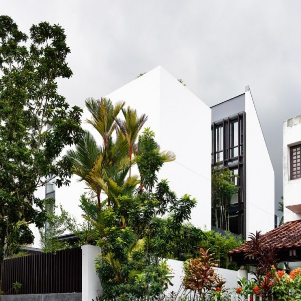 tropical-home-exterior-600x811