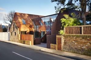 Biệt thự kiến trúc hiện đại bao bọc bằng thép
